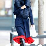 Der ausladende Fellkragen vom blauen Wintermantel lässt kein kaltes Lüftchen an Olivia Palermos zarten Hals.