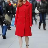 Ganz im Trend liegt Jessica Chastain mit ihrem roten Mantel. Schöner Hingucker sind die runden Taschen.