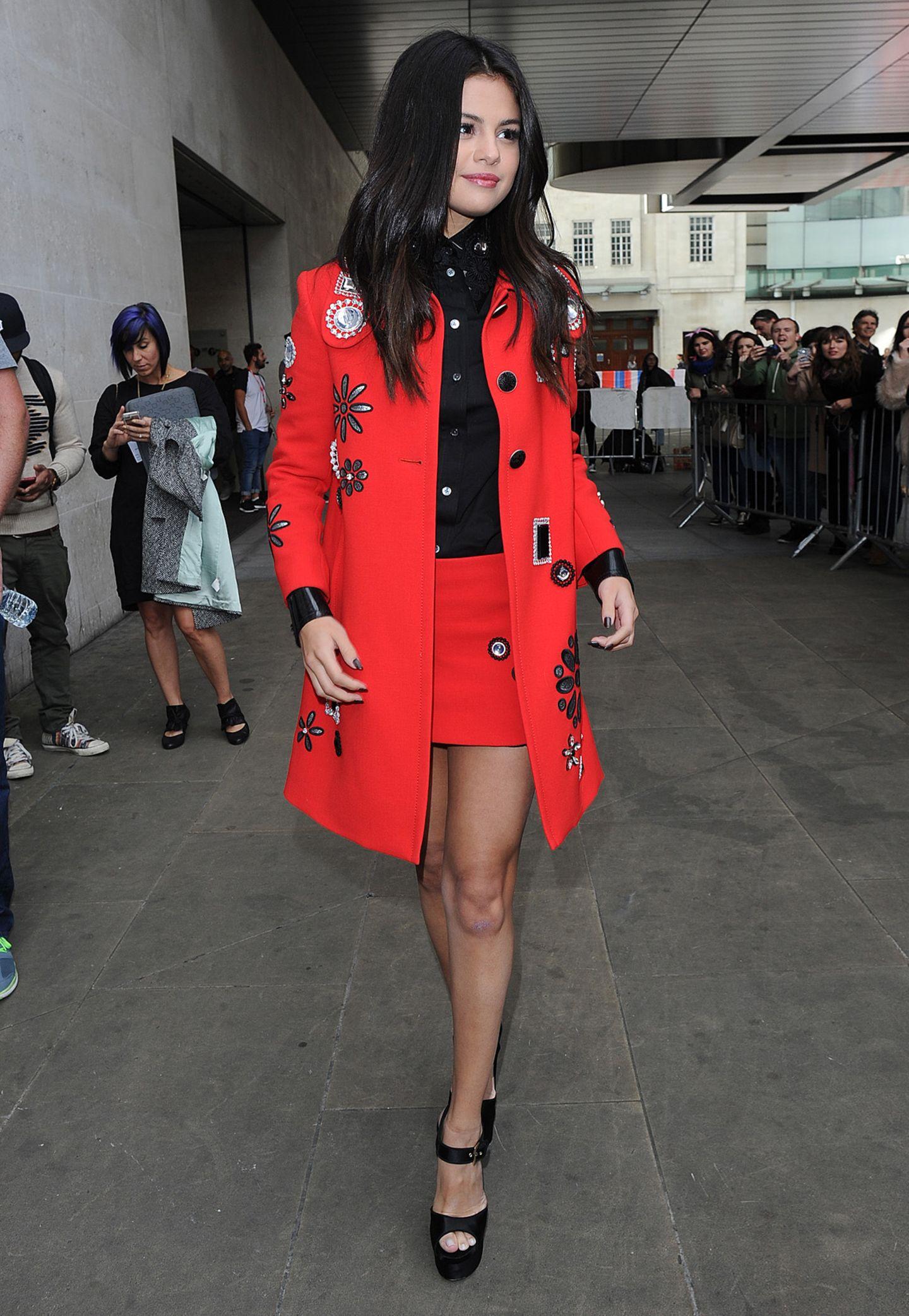 Selena Gomez und ihr knallroter Traummantel von Marc Jacobs mit großen Stickereien sind zweifelsfrei ein toller Hingucker.