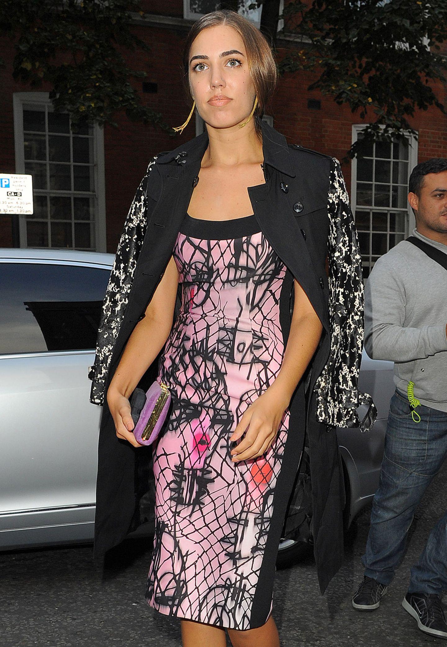 Doppelt gemoppelt hält besser: It-Girl Amber Le Bon reicht das abstraktive Muster ihres Kleid nicht und setzt mit ihrem schwarz-weiß-gemusterten Mantel lieber noch ein Muster drauf.