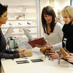 """März 2012: Halle Berry stellt sich höchstpersönlich hinter die Kasse. Für die """"5th Avenue""""-Kollektion von Deichmann hat die Osca"""