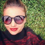 Miranda Kerr relaxt mit großer Schmetterlingsbrille im Gras und twittert auch gleich ein selbstgeschossenes Foto davon.