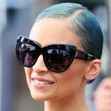 """Nicole Richie zeigt sich bevorzugt mit schicken XXL-Sonnenbrillen. Das """"Chelsea""""-Modell ihres eigenen Labels """"House of Harlow 1960"""" hat so große Cat-Eye-Gläser, dass das Gesicht des zierlichen Stars dahinter fast komplett verschwindet."""