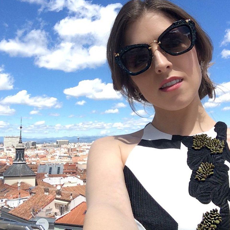 Traumhaftes Wetter über Madrid: Anna Kendrick hat sich dafür eine ungewöhnliche, schwarz-goldene Sonnenbrille ausgesucht.