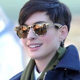 Leo-Look: Animalisch zeigt sich Anne Hathaway mit gold-schwarzem Wayfarer-Modell.