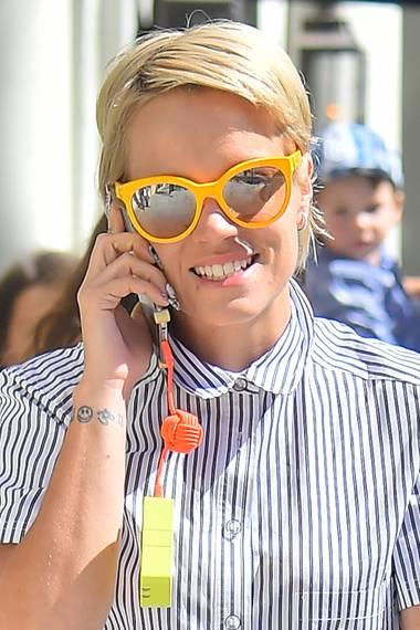 Der Sommer kann kommen! Lily Allens gelbe Sonnenbrille mit verspiegelten Gläsern schützt nicht nur, sondern macht ihr beim Bummel durch Beverly Hills auch noch richtig gute Laune.