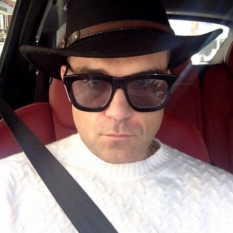 So richtig gute Laune hatte Robbie Williams bei diesem Selfie nicht. Die massige Wayfarer-Sonnenbrille scheint seiner Meinung nach aber die beste Möglichkeit zu sein, sich vor dem Montag zu verstecken.