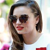 Topmodel Miranda Kerr schützt ihre Augen mit einer auffälligen Sonnenbrille in Horn-Optik von Miu Miu.