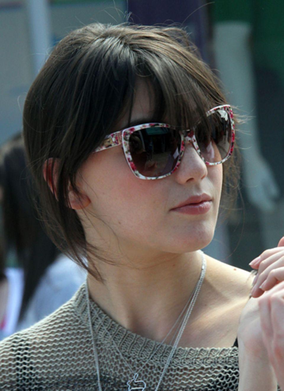 Model Daisy Lowe setzt bei ihrer Sonnenbrille auf verspielte Blümchen.