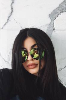 """Kylie Jenner steht auf verspiegelte Sonnenbrillen. Kein Wunder also, dass sie momentan besonders viele Exemplare von Dior und """"Quay Australia"""" trägt."""