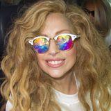 Genauso verrückt wie ihre Trägerin ist die vielfarbige, spiegelnde Sonnenbrille, die Lady GaGa hier trägt.