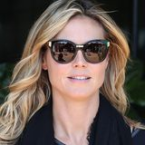 Das hat Klasse: Heidi Klum ganz in Schwarz und als Eye-Catcher diese elegante Sonnenbrille mit eingearbeiteten Messing-Details.