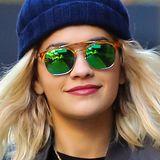 Auch bei Sonnenbrillen zeigt Rita Ora mit diesem grünverspiegelten Modell ihre Vorliebe für farbenfrohe Designs.