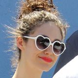 Ganz natürlich und mit niedlicher Herzchen-Sonnenbrille schlendert Emmy Rossum durch Los Angeles.