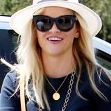 Ton in Ton: Die Rahmenfarbe ihrer Sonnebrille hat Reese Witherspoon auf ihr Shirt sowie auf das Band ihres Sommerhuts abgepasst.