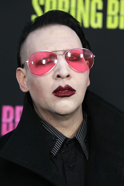 Schock-Rocker Marilyn Manson beweist mit seiner rosafarbenen Pilotenbrille im XXL-Format wenig bis gar kein Stilgefühl.