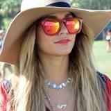 Mit dem rot-gelb verspiegelten XXL-Wayfarer-Modell kann beim Coachella-Festival für Vanessa Hudgens Augen gar nichts schiefgehen.