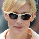 Futuristisch und doch Retro: Cate Blanchett zeigt sich in New York mit einem ungewöhnlichen, weiß-goldenen Gestell mit dunklen Gläsern.