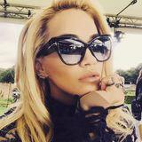 Rita Ora ist ganz begeistert von ihrer großen Tom-Ford-Sonnenbrille. Da muss natürlich auch sofort ein Selfie auf Instagram gepostet werden.