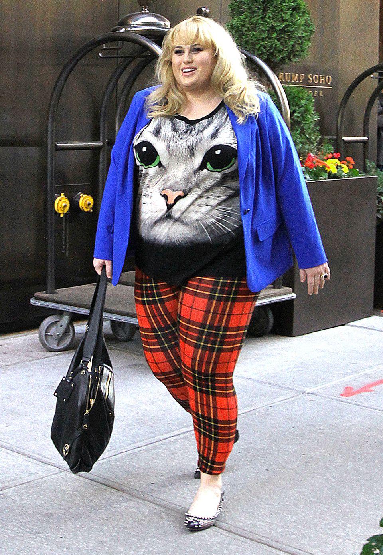 Schauspielerin Rebel Wilson spaziert im fragwürdigen Katzen-Shirt durch New York. Auch wenn ihr bunt zusammengewürfelter Look ein wenig gewöhnungsbedürftig ist, liegt sie mit ihrer Karo-Leggings voll im Trend.
