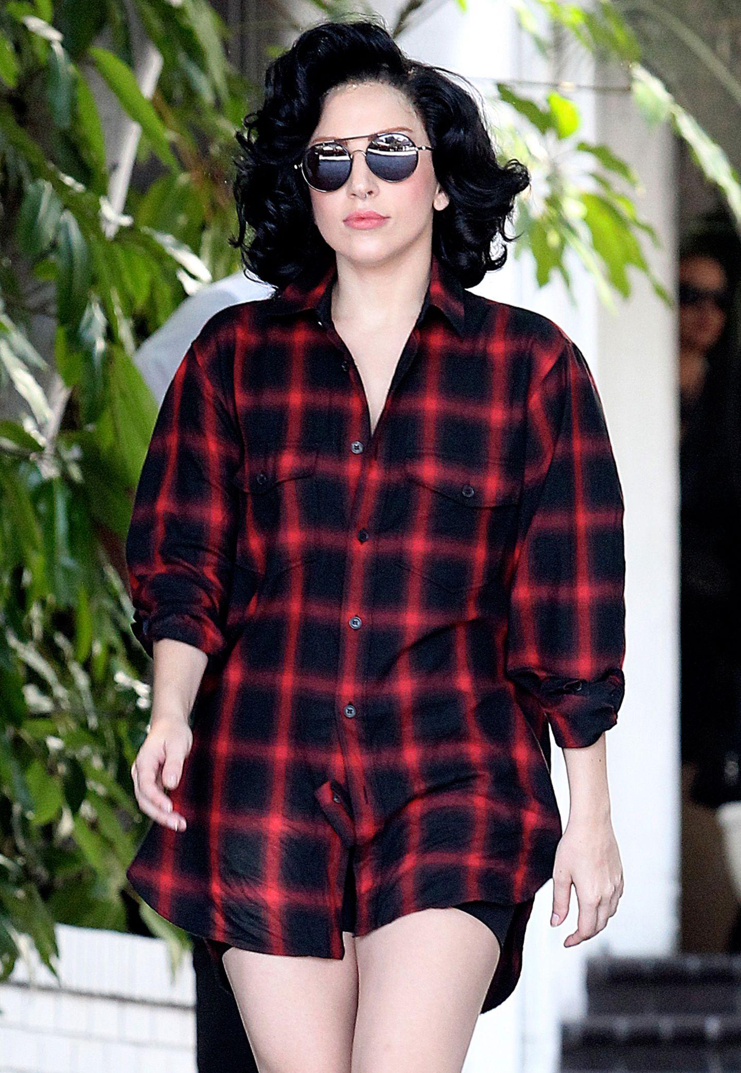 """Grunge-Look meets """"Dita von Teese""""-Style: Für Lady GaGa ein geradezu gemütliches Outfit."""
