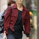 Katie Holmes trägt über dem schwarzen Top eine karierte Jacke - einfach perfekt für die ersten Herbsttage.