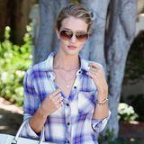 Rosie Huntington-Whiteley ist zum Shopping in L.A. ganz lässig im schicken Holzfäller-Hemd und Jeans unterwegs.