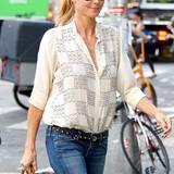 Heidi Klum kombiniert ihre beige, mit Karos bestickte Chiffon-Bluse mit Slim-Jeans und Nietengürtel.