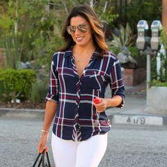 Ganz lässig und bestens gelaunt zeigt sich Eva Longoria beim Bummel durch Beverly Hills im großkarierten Hemd zur weißen Hose.