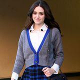 Emmy Rossum zeigt sich auf dem Weg zu einem Café im modernen Schulmädchen-Look mit Bluse, Cardigan und blau-schwarzem Karo-Rock.
