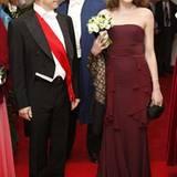 Wie eine stolzer Prinz guckt Nicolas Sarkozy auf seine Ballkönigin
