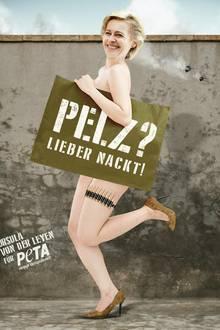 """Zwei in Einem - Mit vollem Körpereinsatz posiert Ursula von der Leyen nicht nur für die Anti-Pelz-Kampagne, sondern repräsentiert auch die Bundeswehr als modernen Arbeitgeber mit komplett pelzfreier und fortschrittlicher Funktionskleidung. VORSICHT: Hierbei handelt es sich um einen offensichtlichen Aprilscherz von """"PETA""""!"""