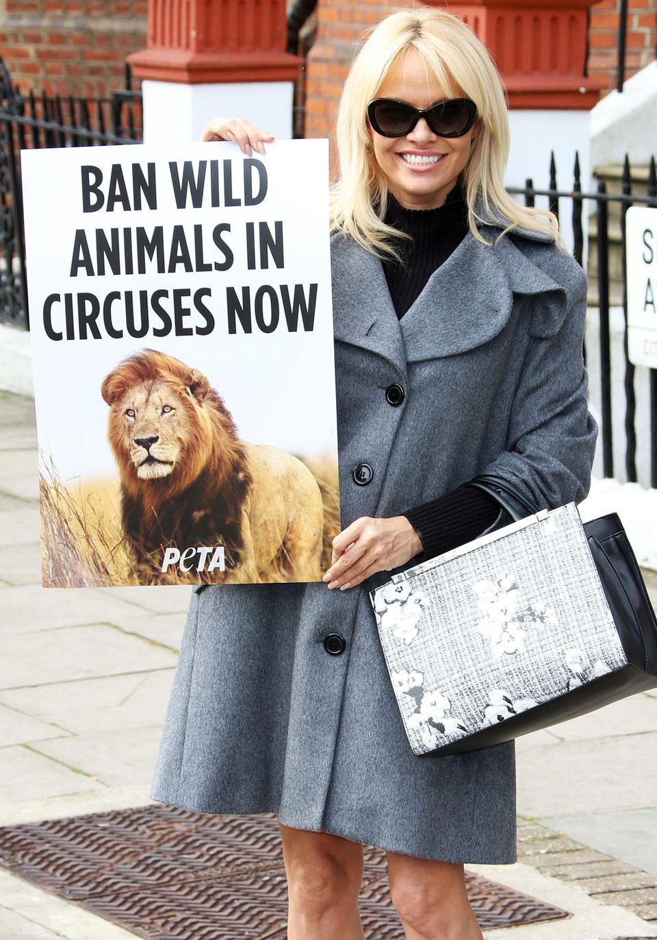 Leidenschaftlich unterstützt Pamela Anderson die Tierschutzorganisation Peta. Der Ex-Baywatch-Star verschickt sogar einen großen Umschlag an Premierministerin Theresa May, in dem sie ein Verbot von Wilden Tieren in Englands Zirkussen verlangt.