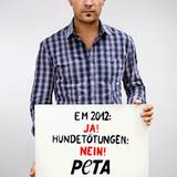 Als Sänger des offiziellen DFB-Fansongs engagiert sich Roger Cicero mit PETA gegen Tierquälerei im Gastgeberland der EM 2012.