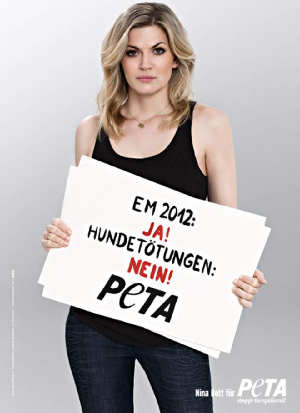 Schauspielerin Nina Bott guckt gerne Fußball, protestiert jedoch, wie viele ihrer Kollegen, gegen die Hundetötung im Gastgeberla