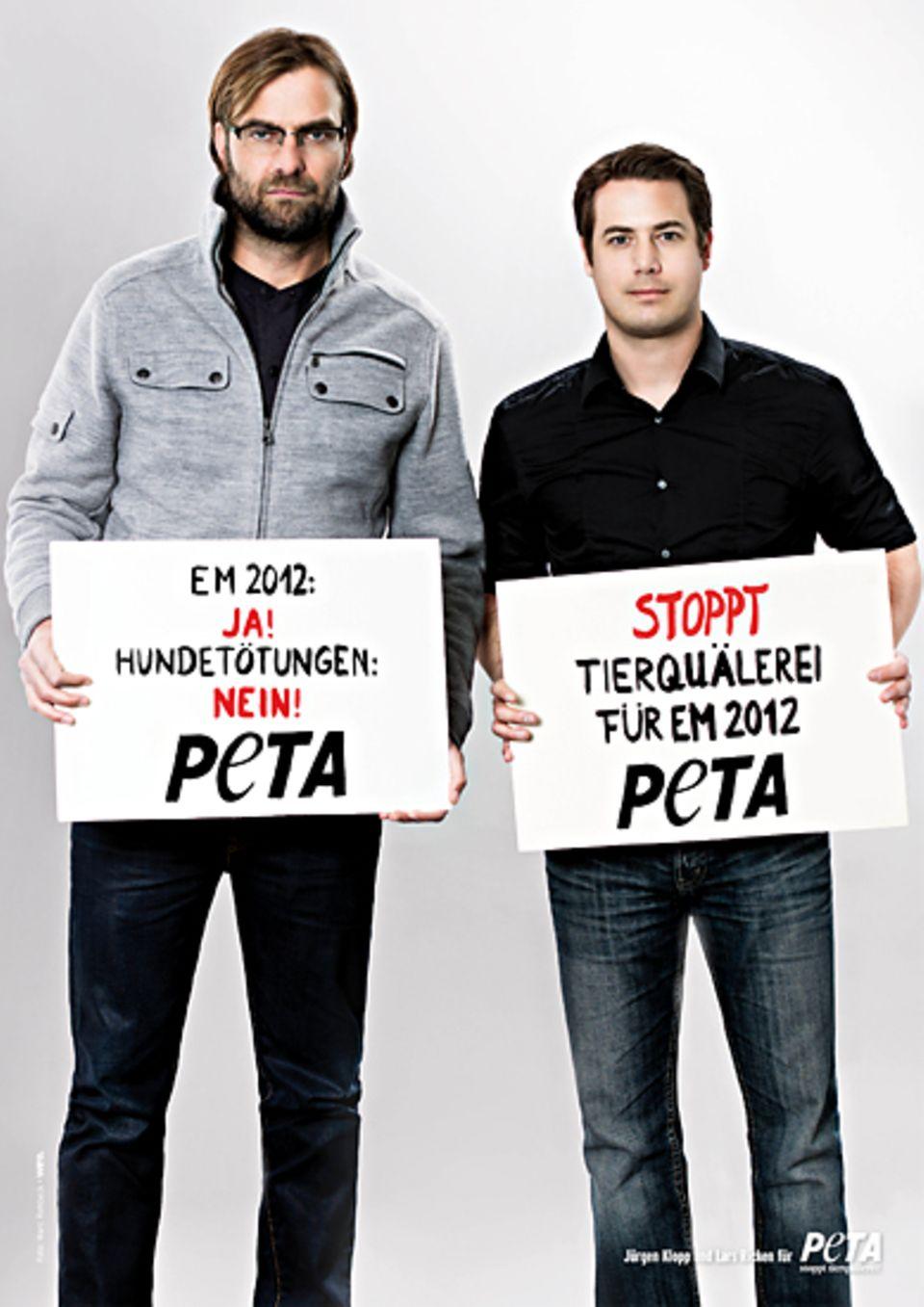 Jürgen Klopp und Lars Ricken protestieren gegen die Hundetötungen in der Ukraine.
