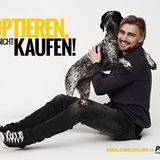 """Mit dem Slogan """"Adoptieren statt kaufen!"""" setzt sich Marcel Schmelzer mit Hündin Mimi für Tiere aus dem Tierheim ein."""