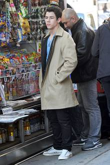 Chucks sehen auch in der Variante ohne Schnürsenkel lässig aus, hier getragen von Nick Jonas.