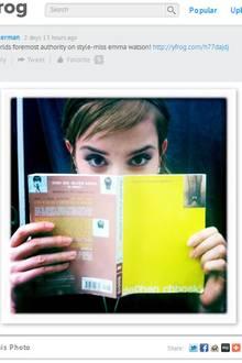 """In einer Drehpause der Romanverfilmung von """"The Perks of Being A Wallflower"""" ist Emma Watson ganz vertieft in selbiges Buch."""