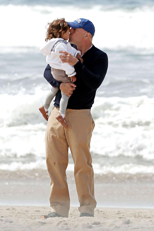 Bruce Willis küsst seine kleine Tochter Mabel. Zusammen mit seiner schwangeren Ehefrau Emma Heming verbringt er einen freien Tag am Strand von Santa Monica.
