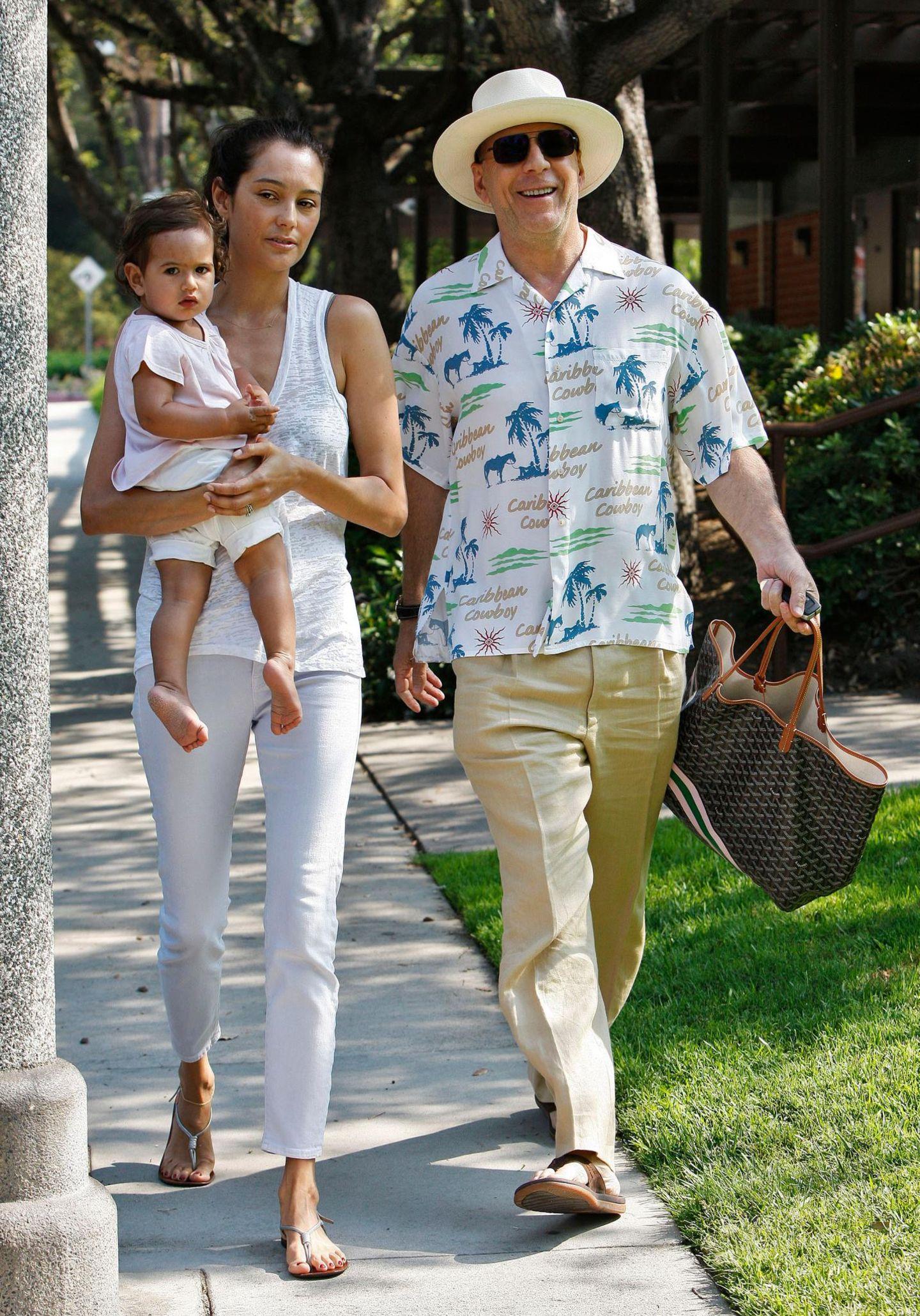 30. Juni 2013: Bruce Willis spaziert mit Ehefrau Emma und Tochter Mabel gut gelaunt und im Hawaii-Look durch Beverly Hills.