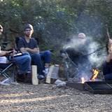 Oktober 2011: Rettungsversuche. Beim Camping mit Freunden erholen sich Ashton Kutcher und Demi Moore vom Wirbel um Ashtons Affär