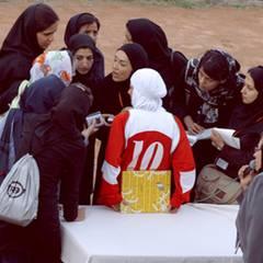 Fragen über Fragen: Die iranischen Pressevertreterinnen bestürmen die deutsche Mädchenmannschaft