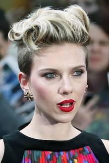 """Die Vielseitigkeit von Kurzhaarschnitten demonstriert Scarlett Johansson bei der """"Avengers""""-Premiere in London mit dieser locker eingedrehten, schwungvollen Frisur."""