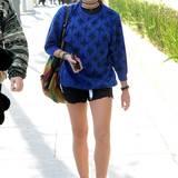 Turnschuhe statt High Heels, Wollpulli statt Bluse: Lourdes Leon mag's gern bequem und sportlich.