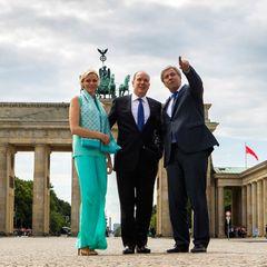 Mit Berlins Bürgermeister Klaus Wowereit geht es weiter zum Brandenburger Tor.