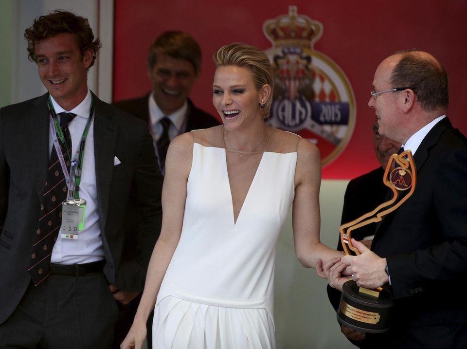 Mai 2015  Gute Laune beim Grand Prix: Pierre Casiraghi (links), Fürstin Charlène und Fürst Albert gucken von ihrer Loge aus beim Rennen zu.