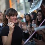"Jennifer Garner ist sichtlich gut gelaunt bei der Filmpremiere zu ""Alexander and the Terrible, Horrible, No Good, Very Bad Day"" und unterschreibt geduldig Autogramme."
