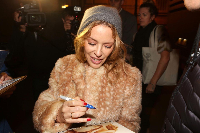 Warm einegpackt nimmt sich Kylie Minogue in Prag Zeit für ihre Fans.