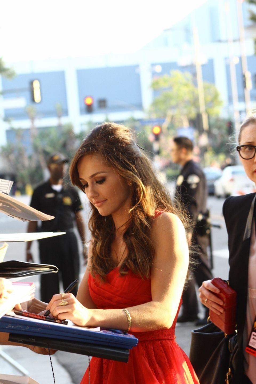 Minka Kelly gibt ihren Fans vor dem Regal Theatre in Los Angeles Autogramme.